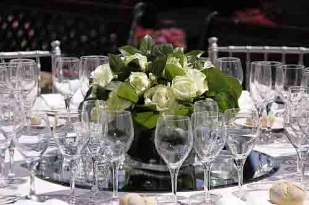Centro de flores de rosas blancas