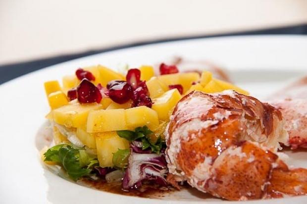 Ensalada de bogavante con mango y granada
