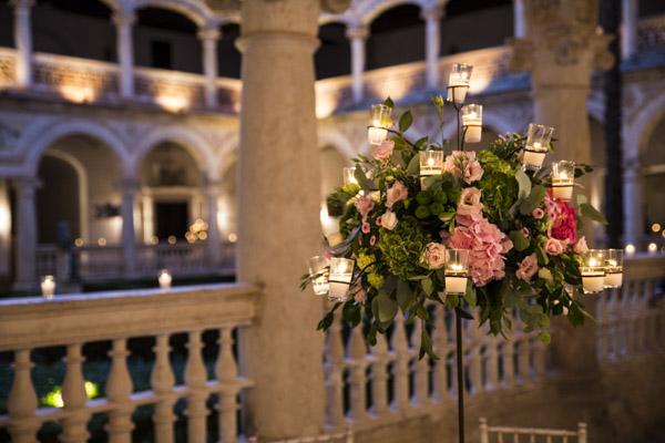 centro de flores con velas