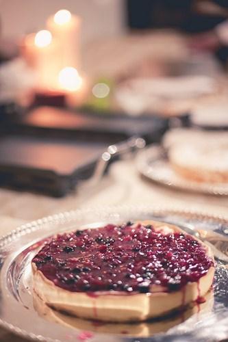 Tarta de crema y frutos rojos en bodegón de postres