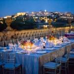 Mesas alargadas estilo toscano, una de las últimas tendencias en montajes de boda.