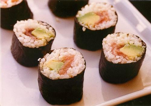 Maki de salmón y aguacate