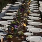 Un ambiente acogedor y buena conversación = mesas alargadas en tu boda