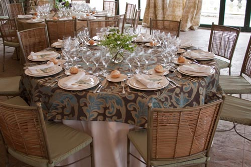 Mantel adamascado montaje catering boda Lupiana